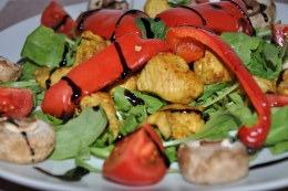 Sałatka z kurczakiem i grillowaną papryką