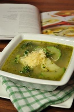 Zupa z zielonych jarzyn z pesto