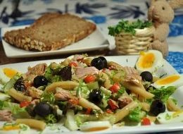 Sałatka z tuńczykiem, jajkiem, fasolką i kaparami