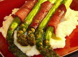 Szparagi pieczone w szynce wędzonej